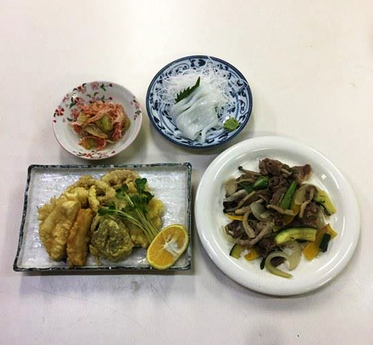 ☆日替わり夕食の献立:豚肉とキノコの炒め物☆(ビジネスホテル レストコーポ西浜)